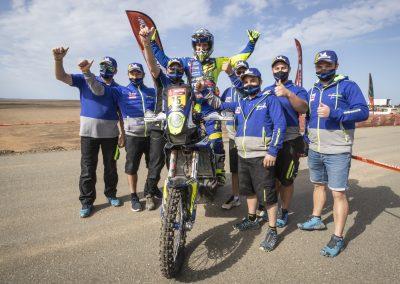 Lorenzo Santolino és a Sherco csapat a célbaérkezés után - Dakar 2021